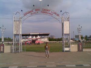 Di depan Stadion Mini Gagah Lurus Kuala Pembuang